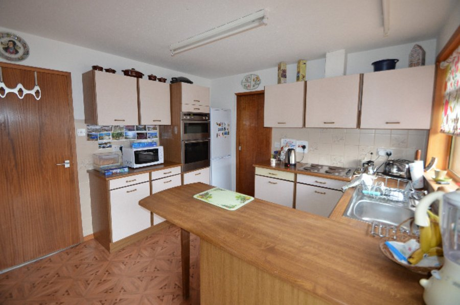 Three/four Bed Det Bungalow Set In A Quiet Cul De Sac A Short Walk To The  Town Centre And Schools. Ent Hall, Lounge/dining Rm, Sun Rm/bedrm 4, Kitchen,  ...